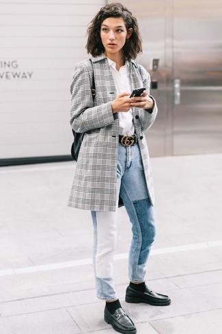 Look de moda: Mocasín de cuero negros, Vaqueros celestes, Camisa de vestir blanca, Blazer de tartán gris