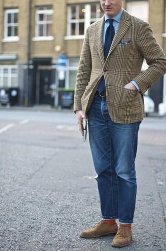 Cómo combinar: zapatos derby de ante marrónes, vaqueros azules, camisa de vestir celeste, blazer de lana de tartán verde oliva
