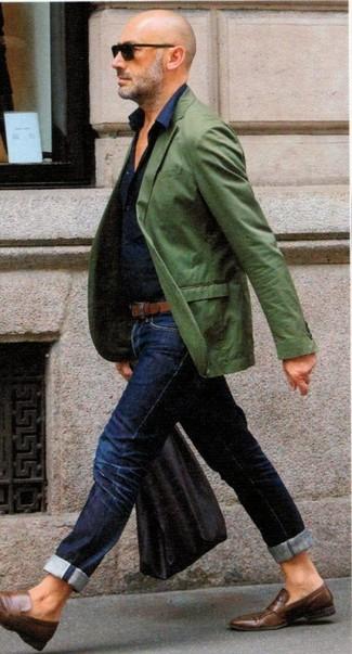 Cómo combinar: mocasín de cuero marrón, vaqueros azul marino, camisa de vestir azul marino, blazer verde