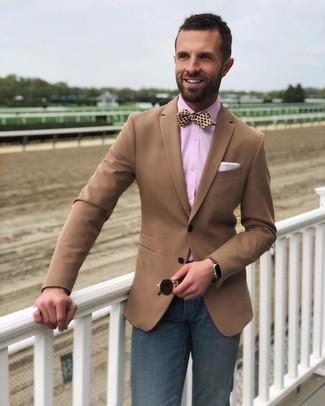 Cómo combinar: corbatín de seda a lunares amarillo, vaqueros azul marino, camisa de vestir rosada, blazer marrón