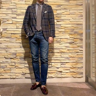Cómo combinar: mocasín con borlas de cuero burdeos, vaqueros azul marino, camisa de vestir de rayas verticales en blanco y marrón, blazer de tartán en marrón oscuro