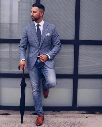 Combinar una corbata estampada en azul marino y blanco: Equípate un blazer de tartán azul con una corbata estampada en azul marino y blanco para un perfil clásico y refinado. Un par de zapatos derby de cuero marrónes se integra perfectamente con diversos looks.