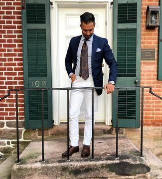 Cómo combinar: zapatos oxford de cuero en marrón oscuro, vaqueros blancos, camisa de vestir celeste, blazer azul marino