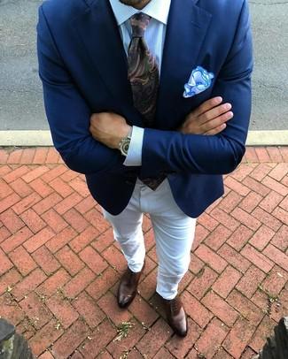 Cómo combinar: zapatos oxford de cuero marrónes, vaqueros blancos, camisa de vestir de rayas verticales celeste, blazer azul marino
