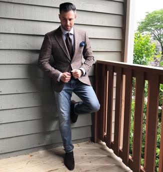Cómo combinar: mocasín de ante en marrón oscuro, vaqueros azules, camisa de vestir blanca, blazer de tartán marrón