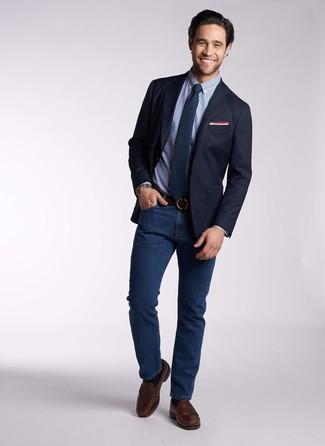Cómo combinar: mocasín de cuero en marrón oscuro, vaqueros azul marino, camisa de vestir de cuadro vichy azul, blazer azul marino
