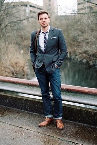 Una camisa de vestir de vestir con unos vaqueros azul marino: Opta por una camisa de vestir y unos vaqueros azul marino para el after office. Elige un par de zapatos oxford de cuero marrónes para mostrar tu inteligencia sartorial.