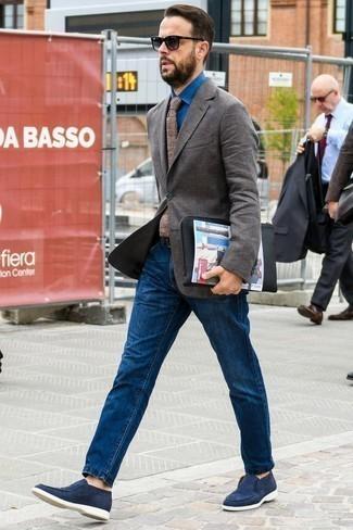 Una camisa de vestir de vestir con unos vaqueros azul marino: Utiliza una camisa de vestir y unos vaqueros azul marino para el after office. Dale onda a tu ropa con mocasín de ante azul marino.