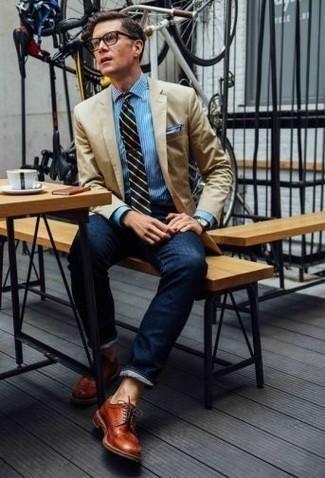 Combinar un blazer marrón claro: Si buscas un estilo adecuado y a la moda, empareja un blazer marrón claro con unos vaqueros azul marino. Elige un par de zapatos derby de cuero en tabaco para mostrar tu inteligencia sartorial.