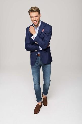 Combinar una correa de cuero marrón: Equípate un blazer azul marino con una correa de cuero marrón transmitirán una vibra libre y relajada. Mocasín de ante marrón proporcionarán una estética clásica al conjunto.
