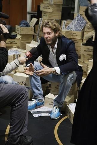 Combinar un blazer azul marino: Intenta ponerse un blazer azul marino y unos vaqueros celestes para lograr un estilo informal elegante. ¿Quieres elegir un zapato informal? Usa un par de deportivas en turquesa para el día.