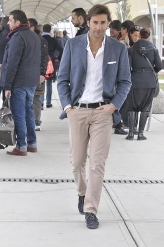 Combinar unos vaqueros en beige: Si buscas un estilo adecuado y a la moda, utiliza un blazer azul y unos vaqueros en beige. ¿Quieres elegir un zapato informal? Elige un par de tenis de lona azul marino para el día.