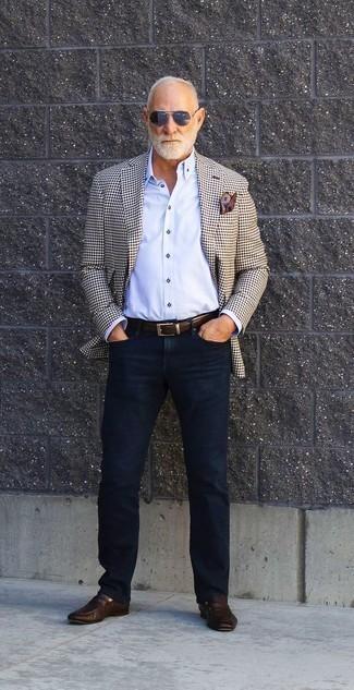 Outfits hombres: Intenta ponerse un blazer a cuadros en beige y unos vaqueros azul marino para una apariencia fácil de vestir para todos los días. Mocasín de cuero en marrón oscuro dan un toque chic al instante incluso al look más informal.