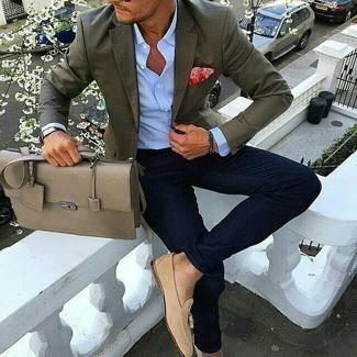 Outfits hombres: Empareja un blazer verde oliva junto a unos vaqueros azul marino para lograr un look de vestir pero no muy formal. Mocasín con borlas de ante en beige añaden la elegancia necesaria ya que, de otra forma, es un look simple.