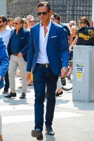 Combinar una camisa de vestir blanca para hombres de 30 años: Empareja una camisa de vestir blanca con unos vaqueros azul marino para lograr un look de vestir pero no muy formal. Completa tu atuendo con mocasín de cuero negro para mostrar tu inteligencia sartorial.