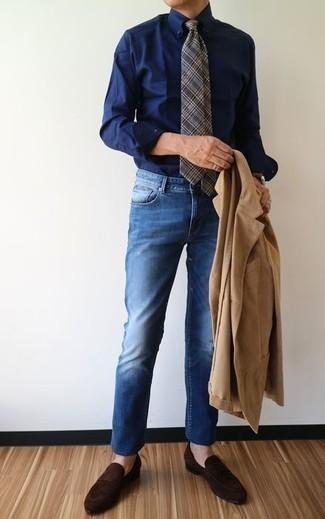 Combinar una camisa de vestir azul marino: Emparejar una camisa de vestir azul marino junto a unos vaqueros azules es una opción estupenda para un día en la oficina. ¿Por qué no ponerse mocasín de ante en marrón oscuro a la combinación para dar una sensación más clásica?