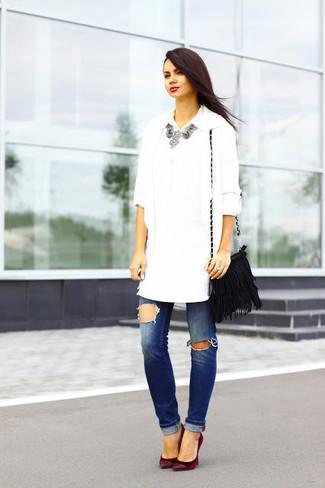 Cómo combinar: zapatos de tacón de ante burdeos, vaqueros desgastados azules, camisa de vestir blanca, cárdigan abierto blanco