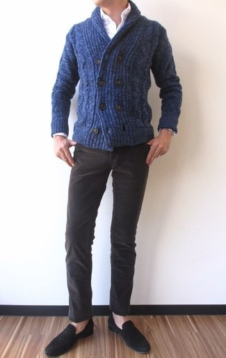 Cómo combinar: mocasín de ante negro, vaqueros de pana en marrón oscuro, camisa de vestir blanca, cárdigan con cuello chal azul marino