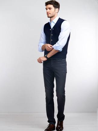 Combinar unos zapatos derby de cuero burdeos: Emparejar un chaleco de punto azul marino con unos vaqueros en gris oscuro es una opción muy buena para un día en la oficina. ¿Te sientes valiente? Opta por un par de zapatos derby de cuero burdeos.