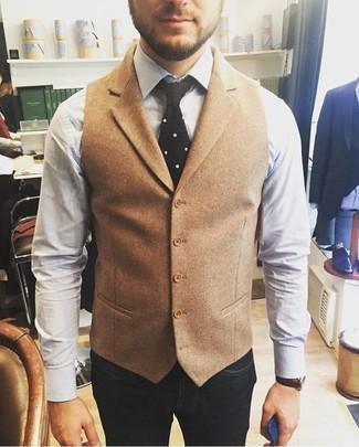 Combinar una corbata de punto negra: Equípate un chaleco de vestir de lana marrón claro junto a una corbata de punto negra para un perfil clásico y refinado.