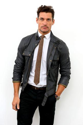 Cómo combinar: corbata de lana marrón, vaqueros negros, camisa de vestir blanca, chaqueta campo negra