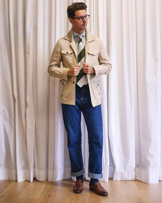 Cómo combinar: mocasín de cuero marrón, vaqueros azules, camisa de vestir de rayas verticales en blanco y azul, chaqueta campo de lino en beige