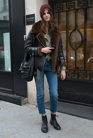 Cómo combinar: botas planas con cordones de cuero negras, vaqueros azules, camisa de vestir verde oliva, chaqueta de piel de oveja negra