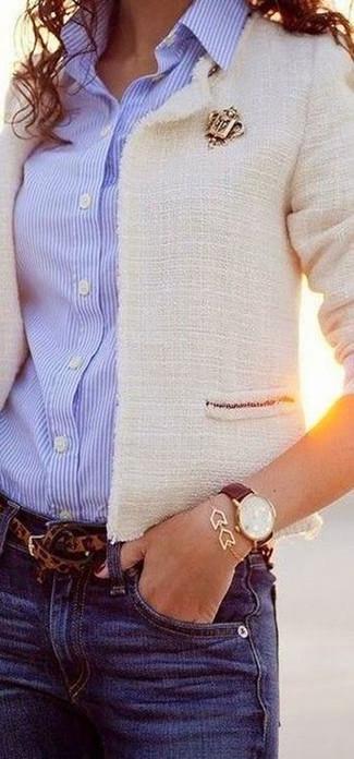 Cómo combinar: correa de leopardo marrón, vaqueros azules, camisa de vestir de rayas verticales celeste, chaqueta de tweed blanca