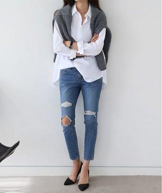 Cómo combinar: zapatos de tacón de ante negros, vaqueros desgastados azules, camisa de vestir blanca, jersey con cuello circular gris