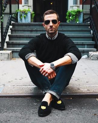 Combinar una camisa de vestir de rayas verticales en blanco y negro: Si buscas un estilo adecuado y a la moda, elige una camisa de vestir de rayas verticales en blanco y negro y unos vaqueros azul marino. ¿Te sientes valiente? Usa un par de mocasín de ante bordado negro.