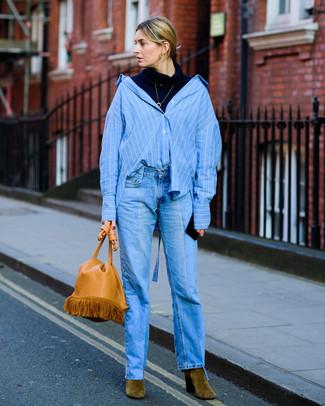 Cómo combinar: botines de ante verde oliva, vaqueros azules, camisa de vestir de rayas verticales azul, jersey de cuello alto azul marino