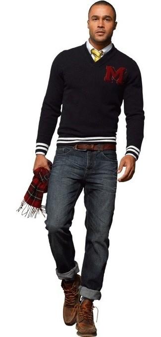 Cómo combinar: botas casual de cuero marrónes, vaqueros azul marino, camisa de vestir blanca, jersey de pico negro