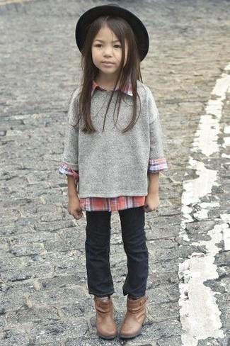 Cómo combinar: botas marrónes, vaqueros negros, camisa de vestir roja, jersey gris
