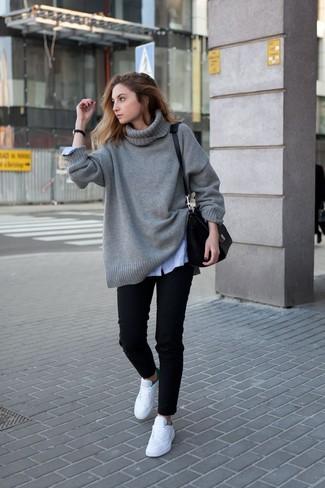 Cómo combinar: tenis blancos, vaqueros negros, camisa de vestir de rayas verticales celeste, jersey oversized de punto gris