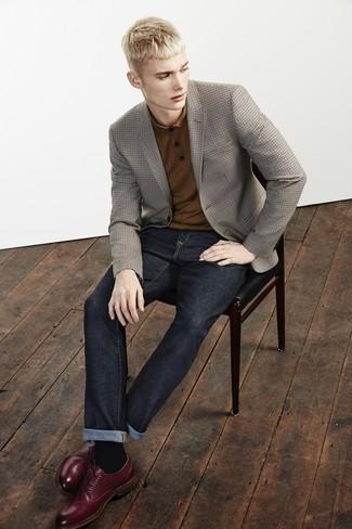Cómo combinar: zapatos derby de cuero burdeos, vaqueros azul marino, camisa polo marrón, blazer a cuadros marrón