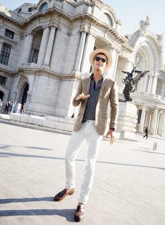 Cómo combinar: mocasín de cuero marrón, vaqueros blancos, camisa polo de rayas horizontales azul marino, blazer de tartán marrón