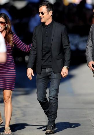 Cómo combinar: botas casual de cuero negras, vaqueros negros, camisa polo negra, blazer negro