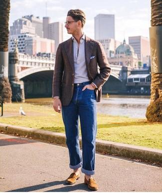 Look de moda: Mocasín de ante en tabaco, Vaqueros azules, Camisa polo gris, Blazer de lana en marrón oscuro