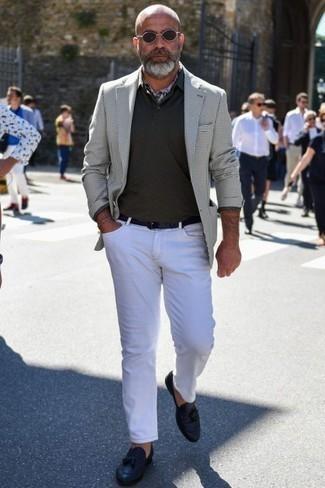 Combinar un blazer con un mocasín con borlas: Intenta ponerse un blazer y unos vaqueros blancos para una apariencia fácil de vestir para todos los días. ¿Por qué no ponerse mocasín con borlas a la combinación para dar una sensación más clásica?