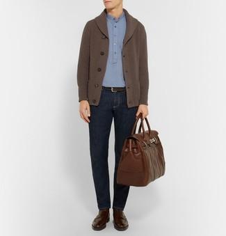 ace0ee701b3 Cómo combinar: botas brogue de cuero en marrón oscuro, vaqueros azul  marino, camisa
