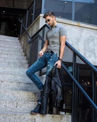 Cómo combinar: botas casual de cuero negras, vaqueros con lavado ácido azules, camisa polo gris, chaqueta motera de cuero negra