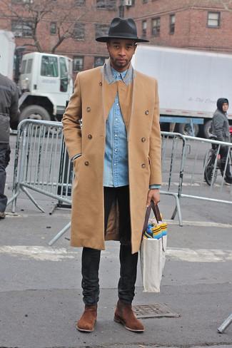 Combinar una bolsa tote de lona gris: Emparejar un abrigo largo marrón claro con una bolsa tote de lona gris es una opción perfecta para el fin de semana. ¿Te sientes ingenioso? Dale el toque final a tu atuendo con botines chelsea de ante marrónes.