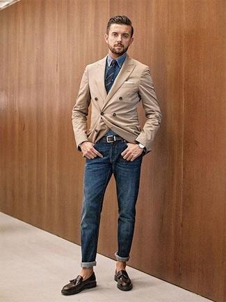 Cómo combinar: mocasín con borlas de cuero en marrón oscuro, vaqueros azul marino, camisa vaquera azul, blazer cruzado marrón claro