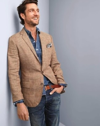 Cómo combinar: pañuelo de bolsillo con print de flores blanco, vaqueros azul marino, camisa vaquera azul marino, blazer de tartán marrón claro