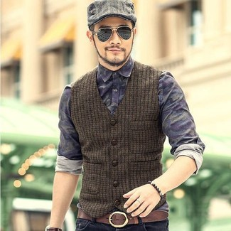 Combinar una pulsera en marrón oscuro: Usa un chaleco de vestir de lana verde oliva y una pulsera en marrón oscuro para conseguir una apariencia relajada pero elegante.