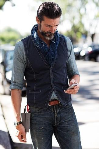 Combinar una camisa vaquera en gris oscuro para hombres de 40 años: Elige una camisa vaquera en gris oscuro y unos vaqueros azul marino para lidiar sin esfuerzo con lo que sea que te traiga el día.