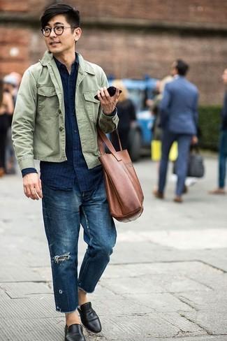Cómo combinar: mocasín de cuero negro, vaqueros desgastados azul marino, camisa vaquera de rayas verticales azul marino, chaqueta estilo camisa verde oliva