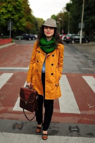Cómo combinar: zapatos de tacón de cuero marrónes, vaqueros negros, camisa vaquera celeste, gabardina naranja