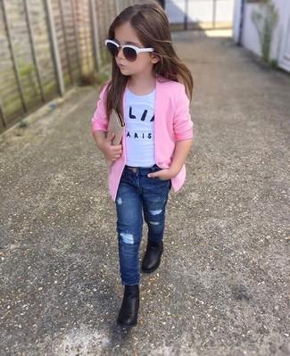 Cómo combinar: botas negras, vaqueros azul marino, camiseta blanca, blazer rosado