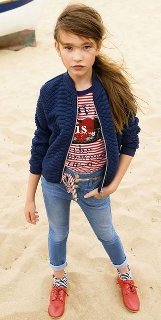 Cómo combinar: zapatos oxford rojos, vaqueros azules, camiseta de rayas horizontales en blanco y rojo, chaqueta acolchada azul marino